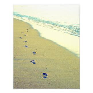 Huellas en la foto de la playa de la arena fotografías