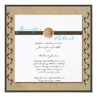 Huellas en la invitación del boda de la arena