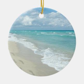 Huellas en la playa de Sandy blanca, aguamarina Adorno Navideño Redondo De Cerámica