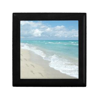 Huellas en la playa de Sandy blanca, aguamarina es Cajas De Regalo