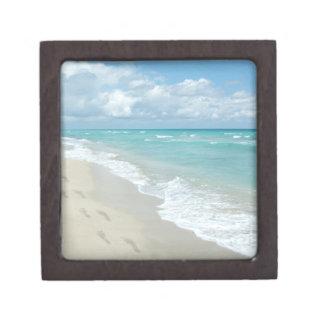 Huellas en la playa de Sandy blanca, aguamarina es Cajas De Recuerdo De Calidad