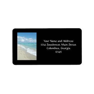 Huellas en la playa de Sandy blanca, aguamarina es Etiqueta De Dirección
