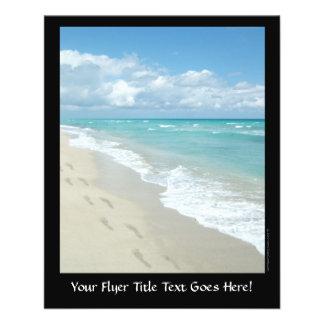 Huellas en la playa de Sandy blanca aguamarina es Tarjetones