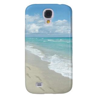 Huellas en la playa de Sandy blanca, aguamarina es