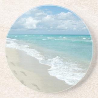 Huellas en la playa de Sandy blanca, aguamarina es Posavasos Manualidades