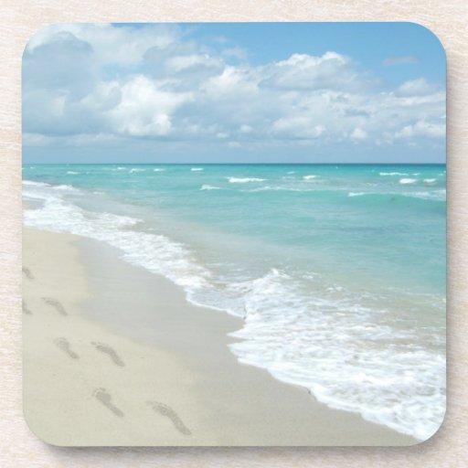 Huellas en la playa de Sandy blanca, aguamarina es Posavasos