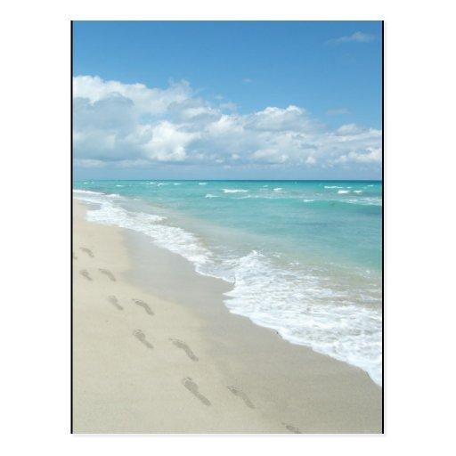 Huellas en la playa de Sandy blanca, aguamarina Postal