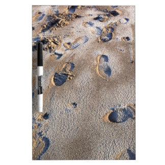 Huellas en la playa en arena pizarras blancas de calidad