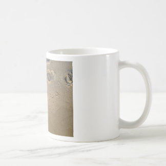 huellas en la playa taza básica blanca