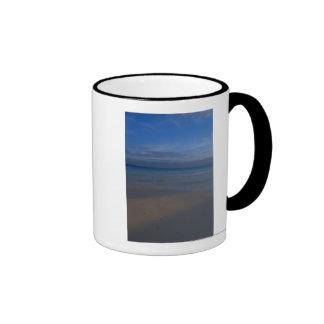 Huellas en la playa tazas