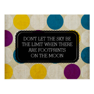 Huellas en la postal de la luna