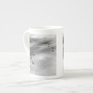 Huellas en nieve taza de porcelana