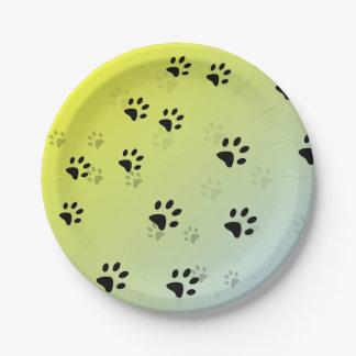 Huellas frescas de los gatos con el fondo amarillo plato de papel de 7 pulgadas