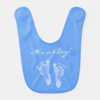 Huellas lindas del bebé azul sus una fiesta de babero para bebé