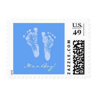 Huellas lindas del bebé azul sus una fiesta de timbre postal