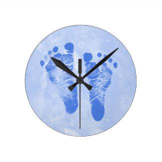 Huellas lindas del bebé reloj redondo mediano