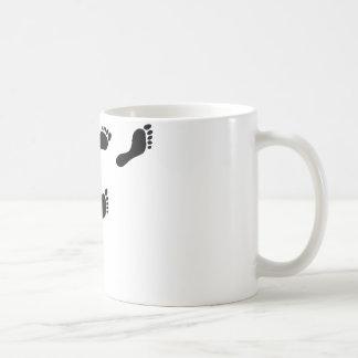huellas negras taza