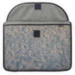 Huellas por todo la arena de la playa, rosa azul d funda para macbook pro