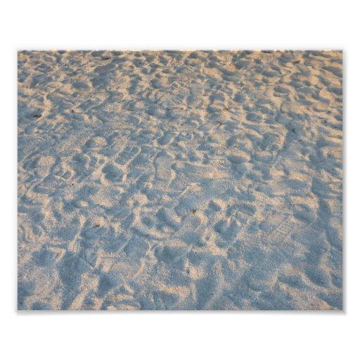 Huellas por todo la arena de la playa, rosa azul d foto