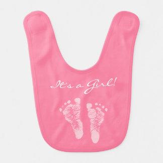 Huellas rosadas lindas del bebé sus una fiesta de baberos