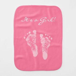 Huellas rosadas lindas del bebé sus una fiesta de paños para bebé