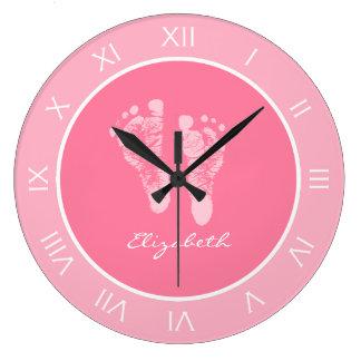 Huellas rosadas lindas del cuarto de niños con nom reloj redondo grande