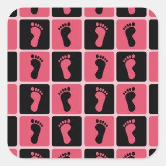 Huellas rosadas y negras del bebé pegatina cuadrada