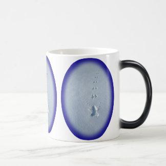 Huellas salvajes del pájaro en nieve taza de café