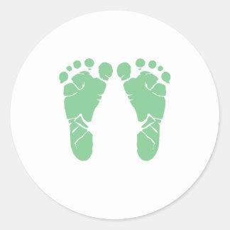 Huellas verdes del bebé pegatina redonda