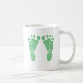 Huellas verdes del bebé taza