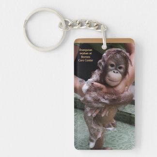 Huérfano del orangután que consigue un baño llavero rectangular acrílico a doble cara