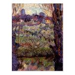 Huerta de Van Gogh en flor con la vista de Arles Postal