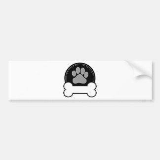 Hueso y pata de perro etiqueta de parachoque