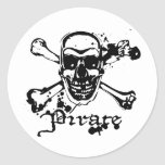 Huesos cruzados del pirata etiqueta redonda