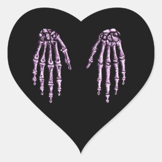 Huesos de la mano humana pegatina en forma de corazón