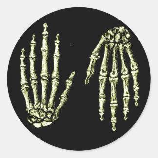 Huesos de la mano humana pegatina redonda