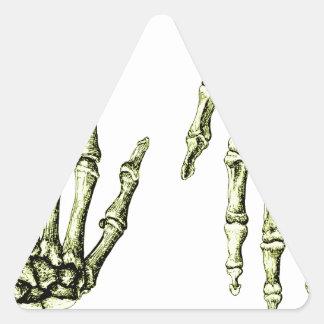 Huesos de la mano humana pegatina triangular