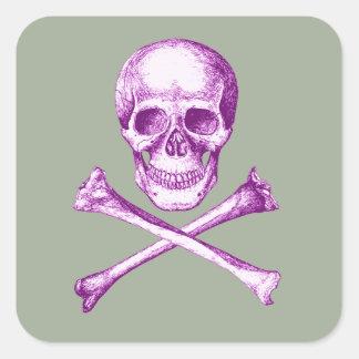 Huesos del cráneo y de la cruz en púrpura pegatina cuadrada
