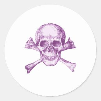 Huesos del cráneo y de la cruz - púrpura pegatina redonda