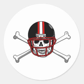 Huesos negros y rojos de la cruz del fútbol etiquetas redondas
