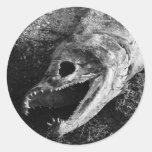 Huesos putrefactos de la cabeza de los pescados etiqueta