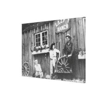 Huéspedes fuera de un edificio perezoso del rancho lona estirada galerías