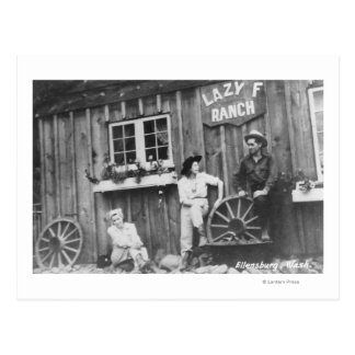 Huéspedes fuera de un edificio perezoso del rancho tarjeta postal