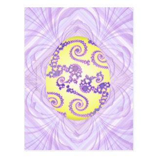 Huevo amarillo y púrpura pintado postal