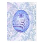 Huevo azul claro y púrpura pintado tarjeta postal