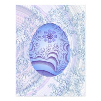Huevo azul claro y púrpura pintado postal
