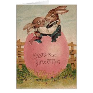 Huevo coloreado pintado que se besa de los pares tarjeta de felicitación