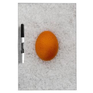 Huevo con la sal pizarras