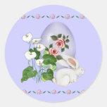 Huevo de la lavanda y conejito blanco pegatina redonda