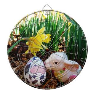Huevo de la vaca del conejito de pascua que se bes tabla dardos